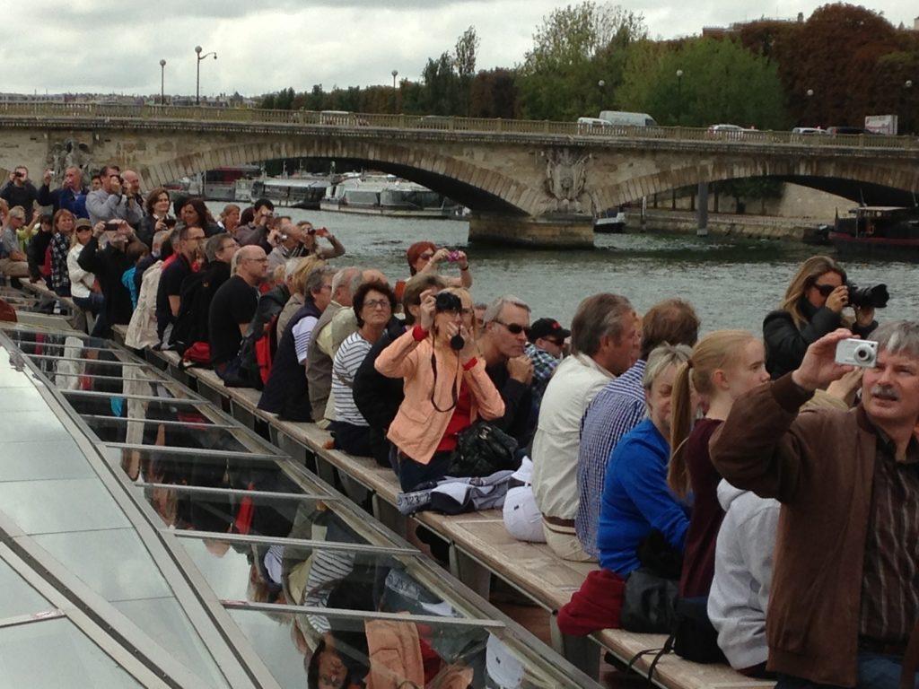 Прогулка по реке Сене в путешествии в Париж