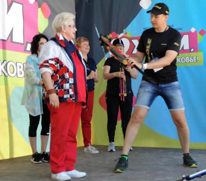 Марко Кантанева дарит скандинавские палочки ведущей телевидения Анне Шатиловой