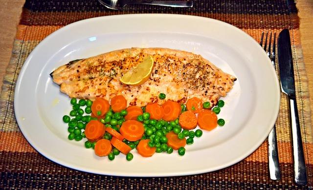 Запекаем с овощами рыбу
