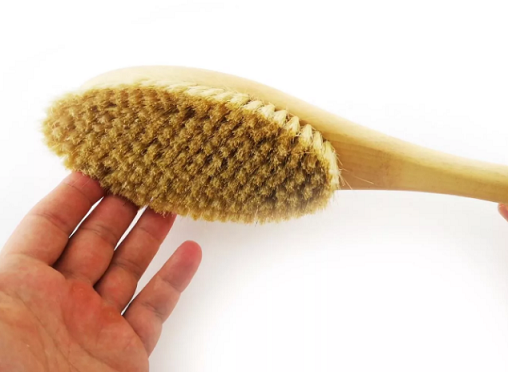 Массаж сухой щеткой для упругой кожи