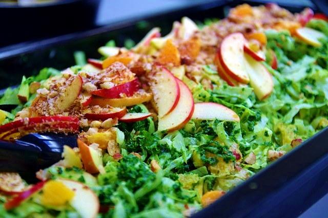 Сочетайте сырые и жареные овощи в салате