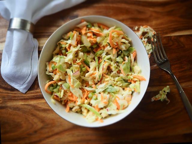 Освежающий салат из капусты и яблок