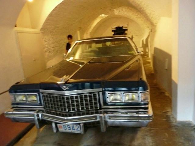 Чёрный кадиллак в гараже замка Дали