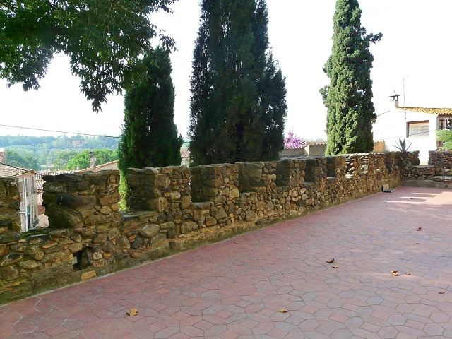 Крепостная стена замка Пуболь