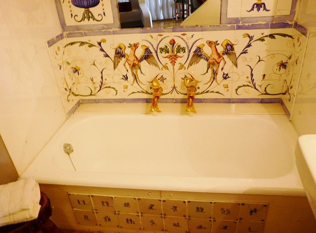 Великолепная ванна с настоящими золотыми кранами