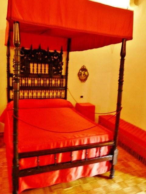 Красная спальня в замке Гала Дали