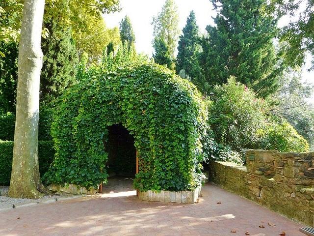 Беседка в зеленых ветках кустарника замка Пуболь