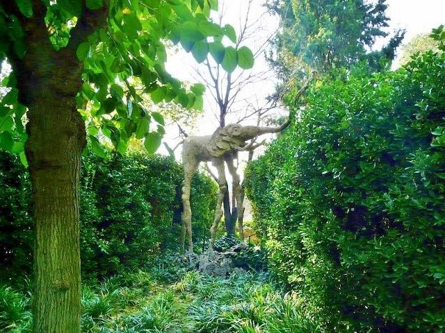 Знаменитая скульптура слона на длинных ногах в саду замка Пуболь