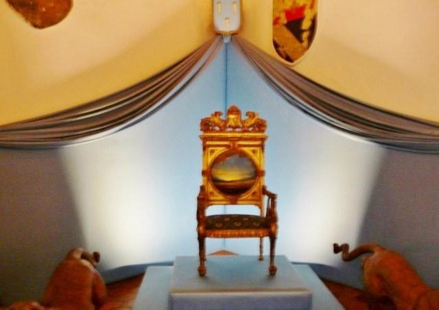 Тронный зал в замке Пуболь
