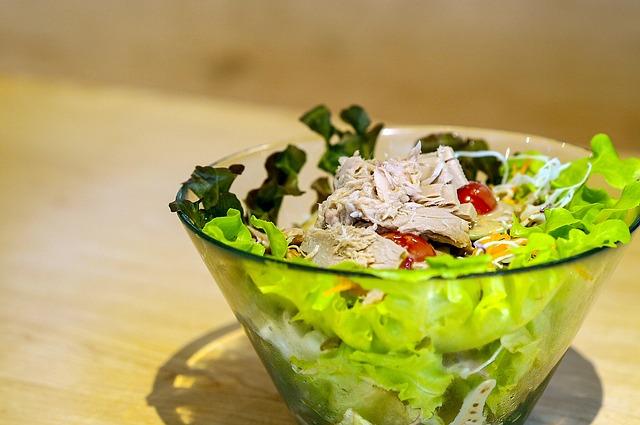 Правильно питаться, небольшие порции салата