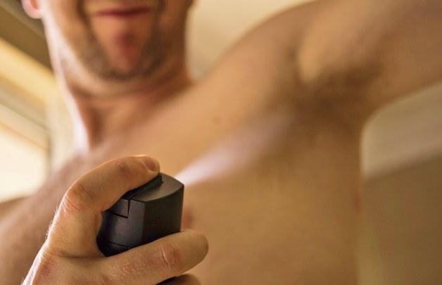 нанесение дезодоранта