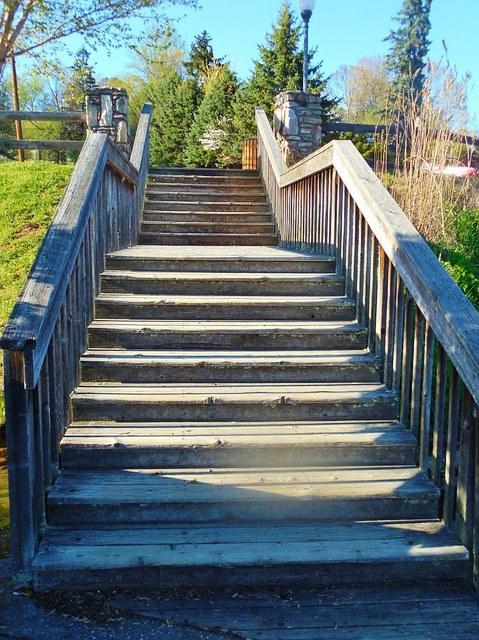 Одышка при подъеме по лестнице: с чем это связано