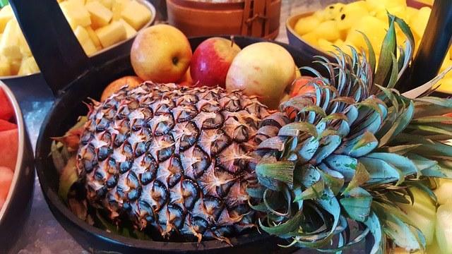 Ананасовый салат с кунжутом и кисло-сладкими яблоками