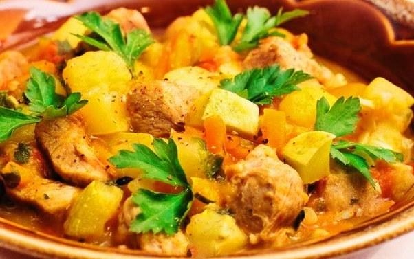 Сочная свинина с капустой и картофелем в пикантном соусе